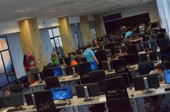 Peste 80% din cursanții școlii gratuite de programare ACADEMY+PLUS lucrează în industria IT